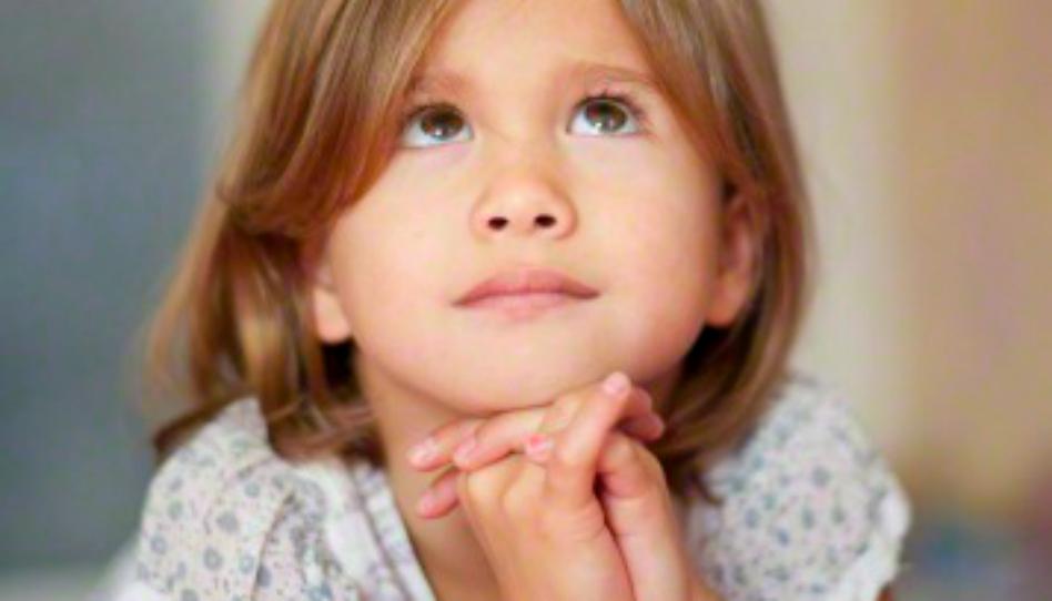ragazza pregando