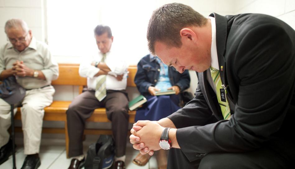 pregando in chiesa