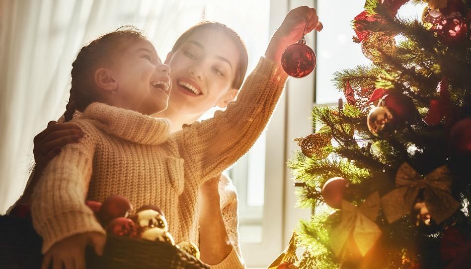 donna e bambina e l'albero di natale